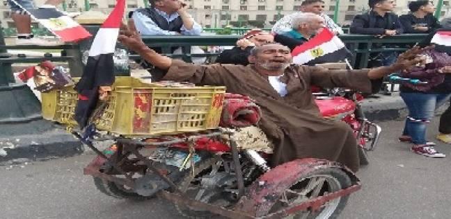 """أحمد يلف بدراجته القاهرة لحث المصريين على التصويت: """"مصر غالية علينا"""""""