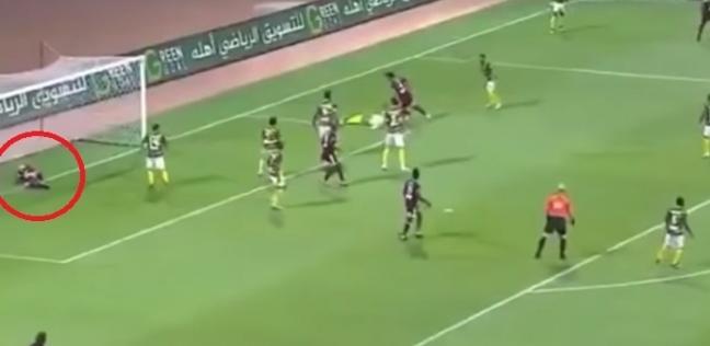 بالفيديو| لاعب مصاب يمنع زميله من إحراز هدف