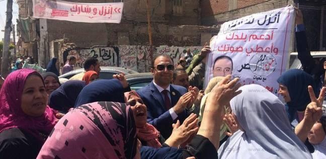 برلماني يقود مسيرة نسائية من أمام شركة غزل المحلة للنزول بانتخابات