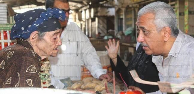 رئيس حي غرب المنصورة يستجيب لمطالب حالتين من كبار السن