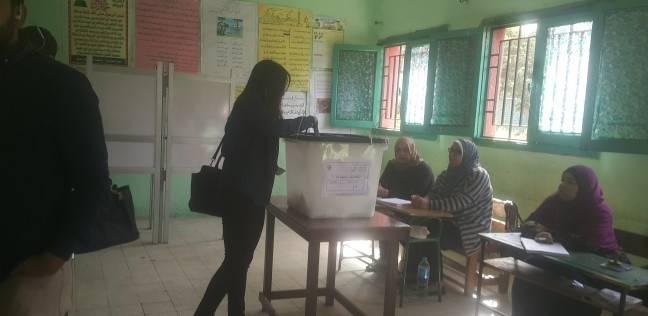 """ناخبون يرفعون أعلام مصر وصورا لـ""""السيسي"""" خلال التصويت بميت عقبة"""