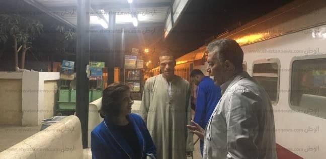 وزير النقل يتفقد محطة قطارات إسنا ويستمع لمقترحات الركاب