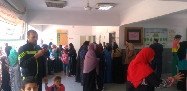 إقبال كثيف من الناخبين في لجان التصويت على الاستفتاء بالعمرانية والهرم