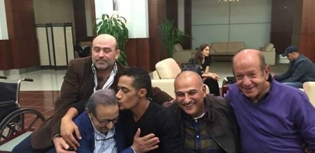 """محمد رمضان يقبل رأس نور الشريف: """"أستاذ التمثيل.. الله يرحمه"""""""