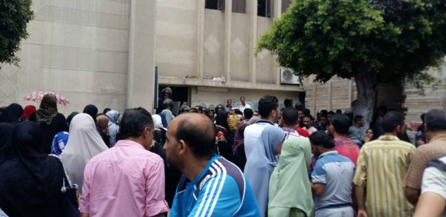 """تجمهر أهالي ضحايا """"حادث بورسعيد"""" أمام المستشفى العام"""