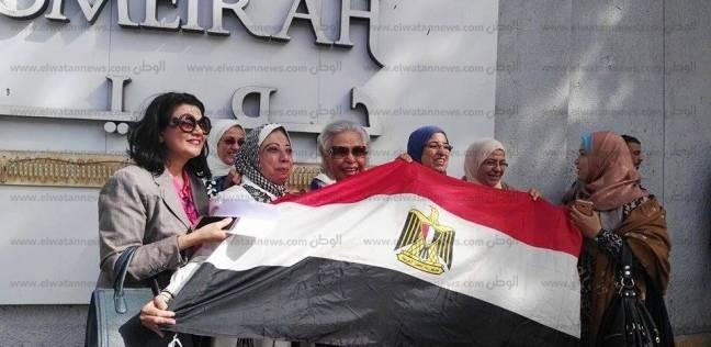 بالصور| أغاني وطنية وأعلام مصرية.. احتفالات المواطنين أمام اللجان
