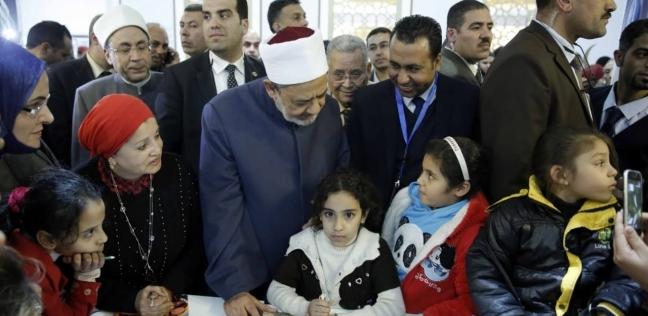"""""""الطيب"""" يتفقد جناح مجلس حكماء المسلمين بمعرض القاهرة الدولي للكتاب"""