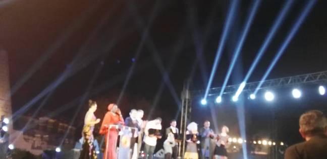 حفيد محمود حميدة يتسلم جائزة أفضل فيلم في الأقصر الإفريقي