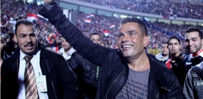 بالفيديو| عمرو دياب.. «غناء» و«كرة قدم»: «بالحب اتجمعنا»