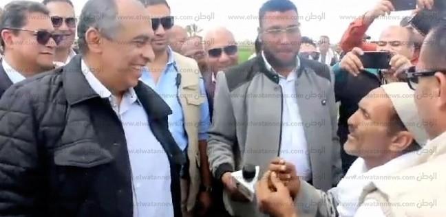 """حوار """"جفاف المرتبات"""".. وزير الزراعة """"يجادل"""" عاملا في بني سويف"""