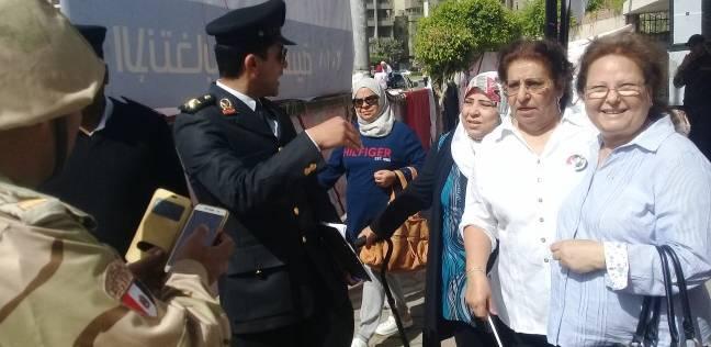 """إقبال كثيف على """"طبري الحجاز"""" بمصرالجديدة ومواطنون يأخذون صورا مع الأمن"""