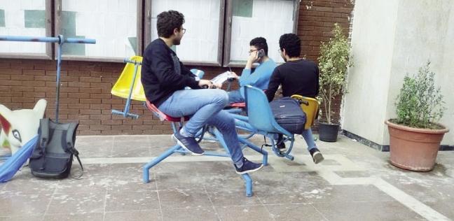 الطلاب يستمتعون باللعب فى ساحة الكلية