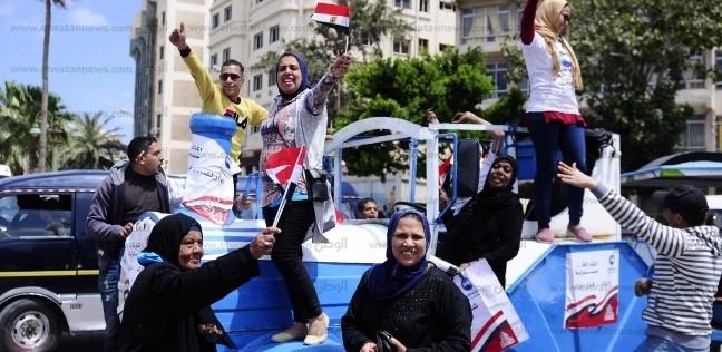 """بهتافات """"تحيا مصر والسيسي"""".. أهالي الأقصر يشاركون باستفتاء الدستور"""