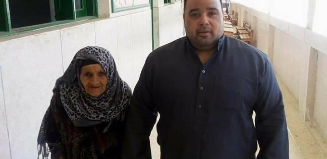 """عجوز """"80 سنة"""" تنتخب بكفر الشيخ: """"أنا بحب السيسي.. بحسه ابني مش رئيسي"""""""