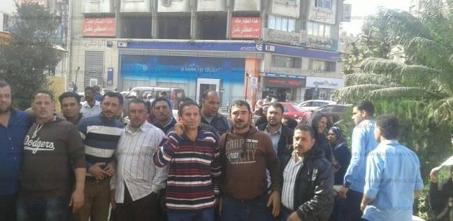 تجمهر عشرات العاملين بالخدمات المعاونة بالتعليم أمام محافظة الدقهلية
