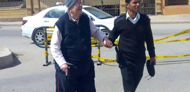 رجال الجيش والشرطة يساعدون كبار السن لدخول لجان الانتخابات بالشيخ زايد