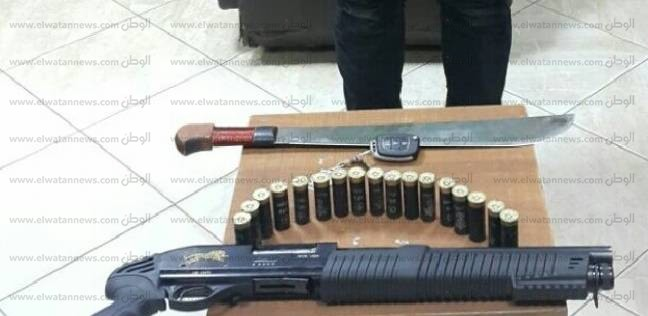 القبض على عاطل بتهمة الاتجار في الأسلحة النارية والبيضاء