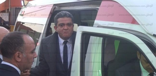 بالفيديو| انهيار شقيق ساطع النعماني عقب وصول الجثمان مطار القاهرة