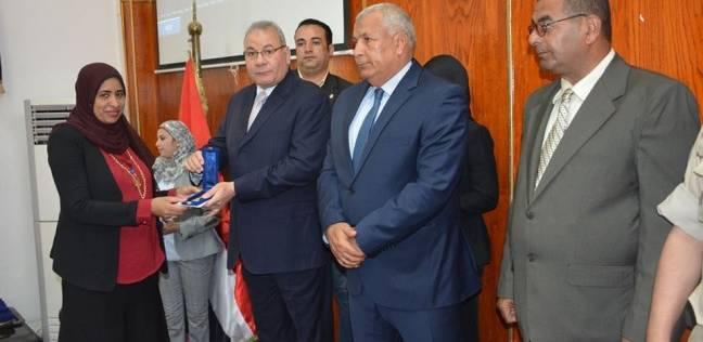 محافظ الوادي الجديد يكرم أسر الشهداء ومصابي العمليات العسكرية