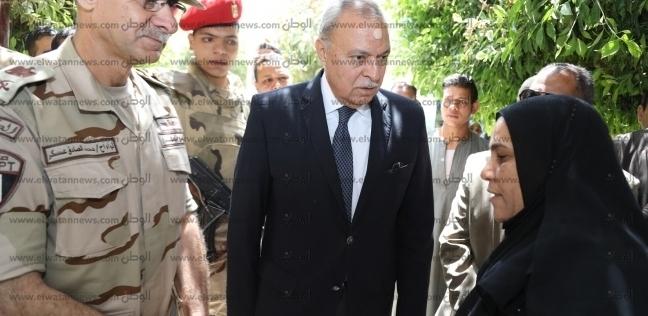 محافظ قنا يلتقي بوالدة الشهيد علي عبد الله أثناء مشاركتها بالاستفتاء