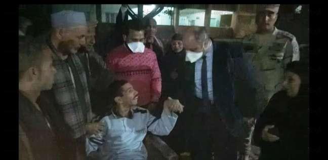 رئيس لجنة يتبرع بكرسي متحرك لناخب معاق بعد إدلائه بصوته بأسيوط