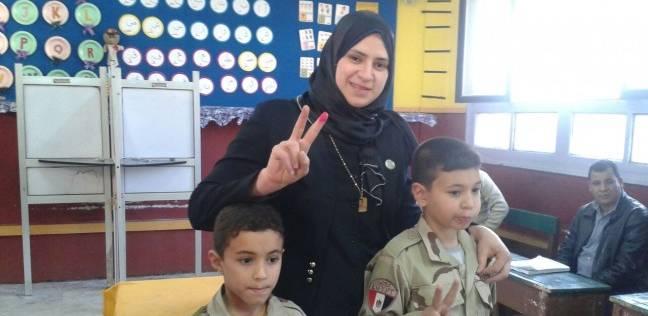 أطفال الشهيد الوتيدي داخل لجنة الانتخابات بالدقهلية مع والدتهم