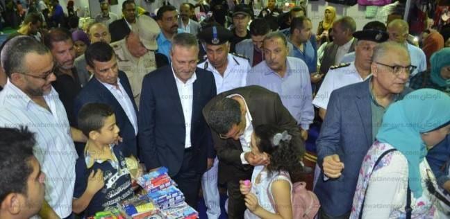 """مدير أمن الإسماعيلية يهدي طفلة أدوات مدرسية خلال تفقده معرض """"الداخلية"""""""