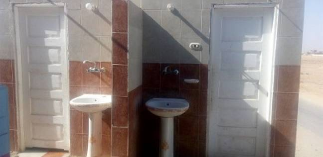 آداب استخدام حمامات الطرق السريعة: «غمض عينيك.. اكتم نَفَسك.. إمسك الباب»