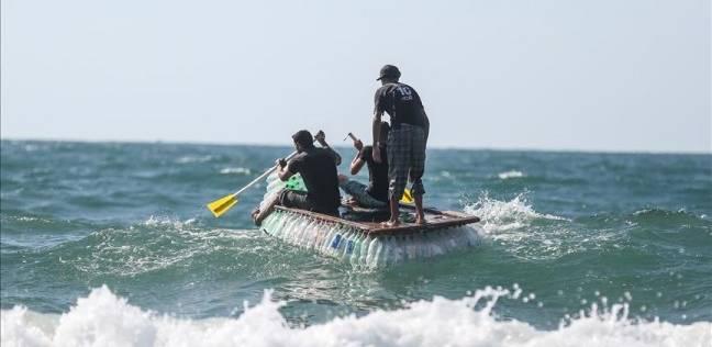 معاذ أبو زيد يبحر على 700 عبوة بلاستيكية