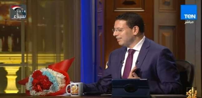 بالفيديو| بوكيه ورد للإعلامي عمرو عبدالحميد على الهواء من فريق عمله