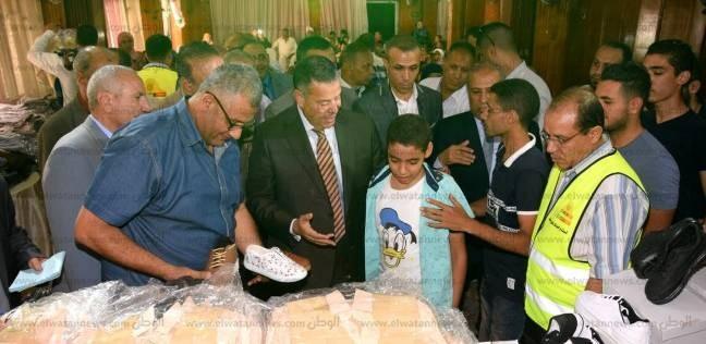 محافظ بني سويف يسلم احتياجات 5 آلاف أسرة من الزي المدرسي بالمجان