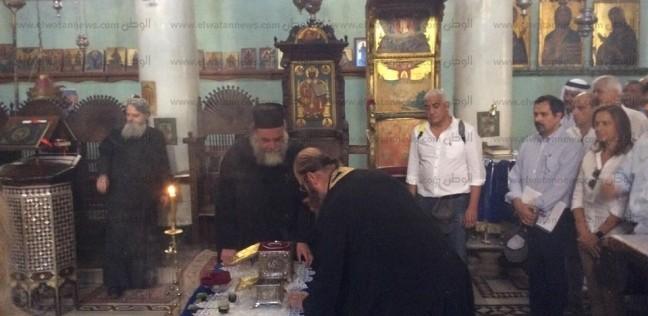بالصور| وفد شركة إيني الإيطالية يؤدون طقوس الصلاة بدير سانت كاترين