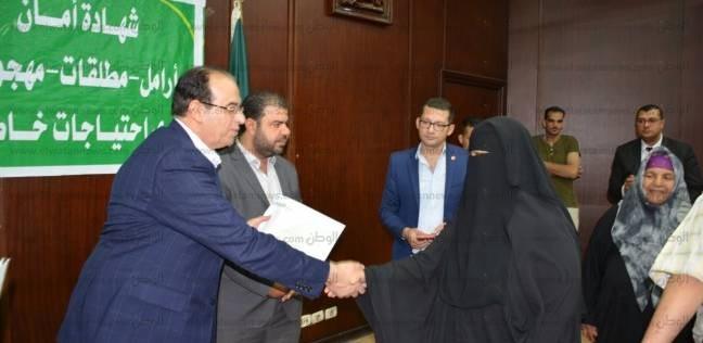 """محافظ الدقهلية يسلم شهادات """"أمان"""" ومساعدات زواج لـ50 حالة"""