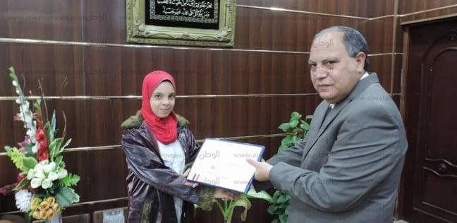 مدير أمن كفر الشيخ يٌكرم ابنة شهيد لتفوقها دراسيا
