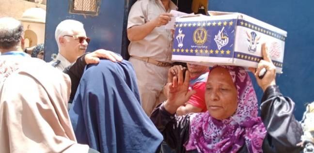 """توزيع """"كراتين رمضان"""" في أقسام الشرطة بالقليوبية"""