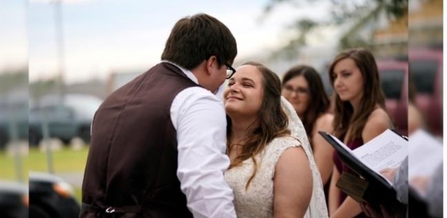 إميلى وتايلور فى حفل زفافهما