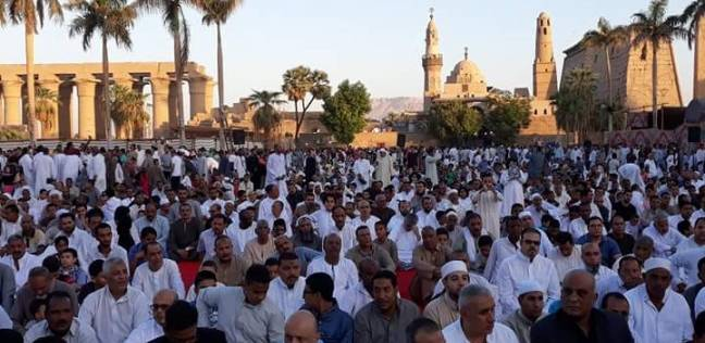 الآلاف يؤدون صلاة العيد فيساحة معبد الأقصر