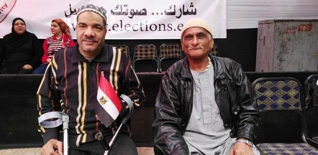"""""""العجوز والمصاب"""".. الجاران يسكنان ألمهما بالمشاركة في الانتخابات"""