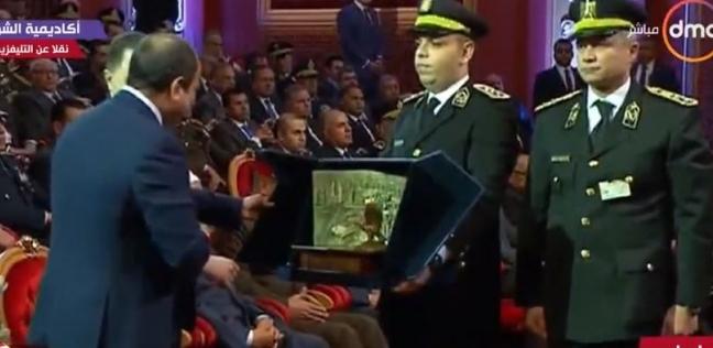 بالصور| وزير الداخلية يهدي السيسي