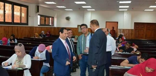 رئيس جامعة بورسعيد يتفقد امتحانات الفصل الدراسي الثاني بكلية التربية