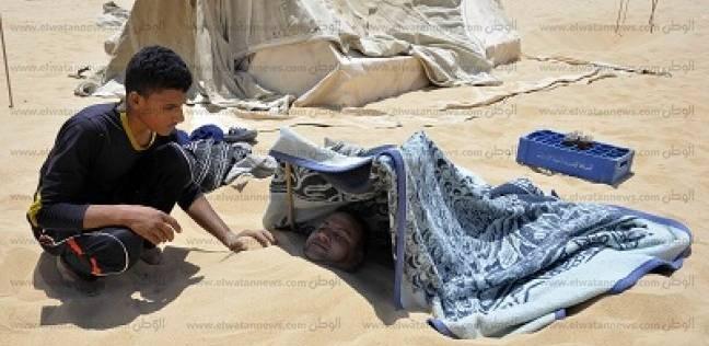 حمامات سيوة.. «سحر» الدفن فى رمال جبل الدكرور