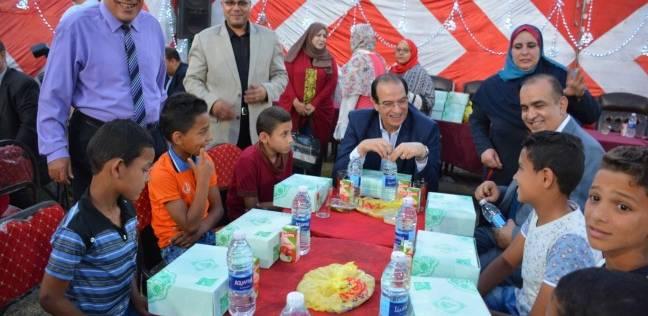 محافظ الدقهلية يتناول الإفطار مع الأطفال الأيتام بمؤسسة المنصورة