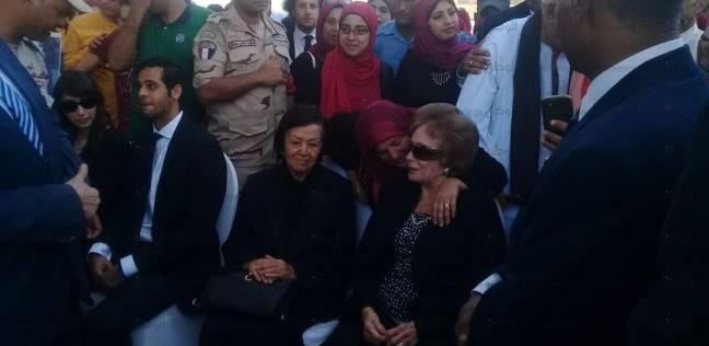 مصريون يلتفون حول جيهان السادات ويرفعون صور «السيسي» في «ذكرى أكتوبر»