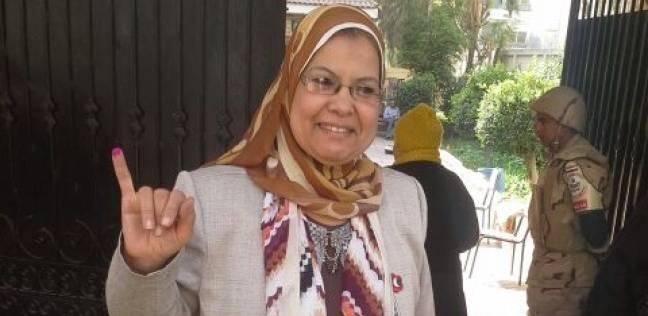 """مدير """"تعليم العجوزة"""" تدلي بصوتها في """"جمال عبدالناصر"""" بالدقي"""