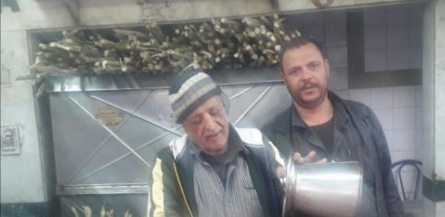 الحاج محمود اقدم عامل في المحل إلي جوار محمد رسمي