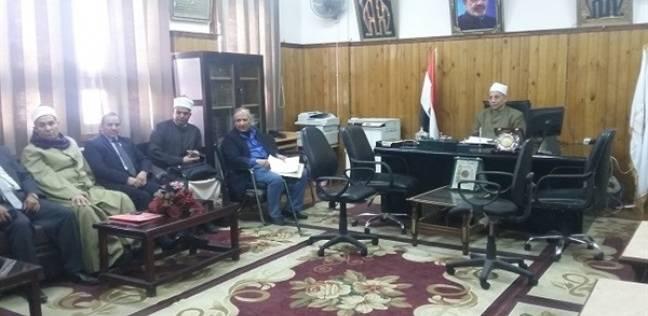 """رئيس """"سوهاج الأزهرية"""" يجتمع بمديري الإدارات لبحث استعدادات الامتحانات"""