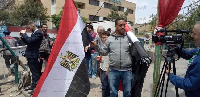 باعة الأعلام ينتشرون بمحيط لجنة المدرسة التوفيقية في روض الفرج