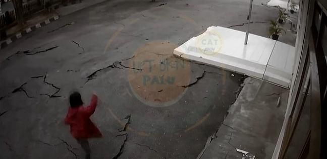 لحظة انشقاق الأرض تحت أقدام امرأة إثر زلزال قوي في إندونيسيا