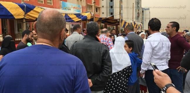 """محافظ القاهرة يتفقد لجان الأسمرات.. والمواطنون يهتفون: """"بنحبك يا سيسي"""""""
