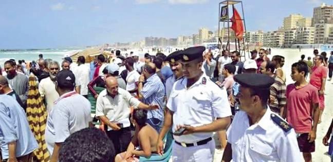 قوات «تدخل سريع» لإخلاء شاطئ «النخيل» وإغلاقه بحواجز حديدية